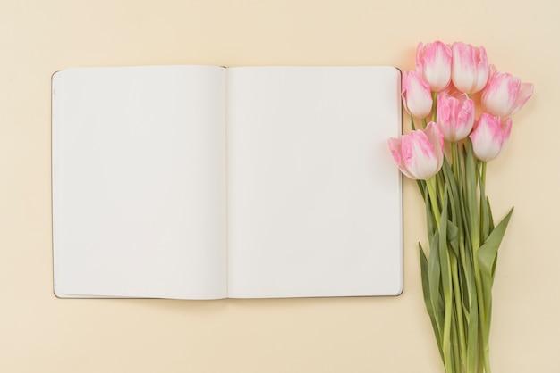 Notitieboekje en boeket van tulpen Gratis Foto