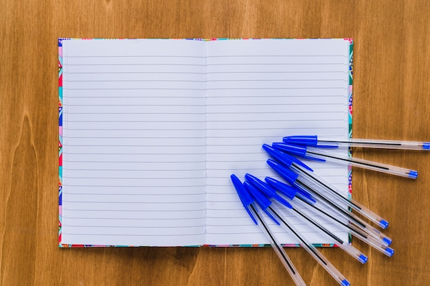 Notitieboekje en pennen Gratis Foto
