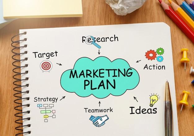 Notitieboekje met toolls en notities over marketingplan Premium Foto