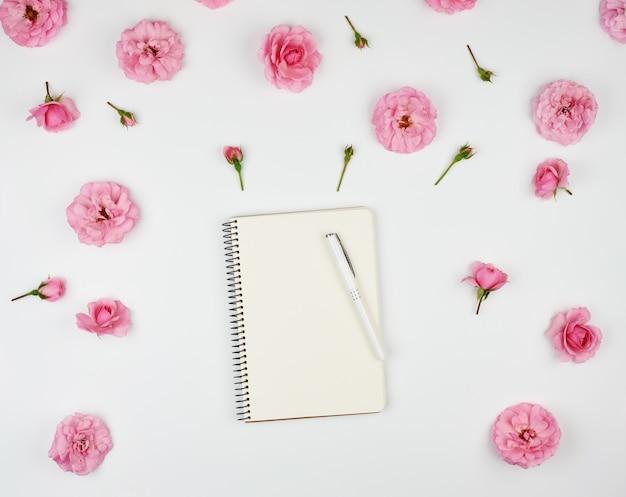 Notitieboekje met witte blanco pagina's Premium Foto