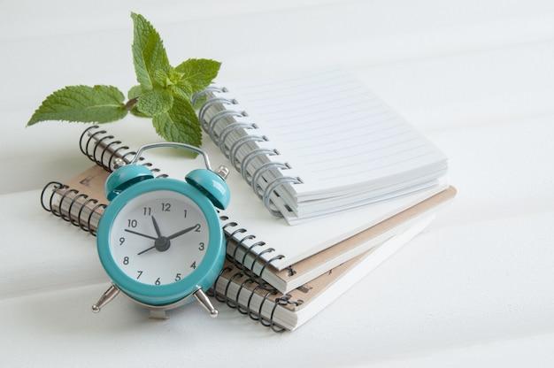 Notitieboekjes op witte houten achtergrond Premium Foto