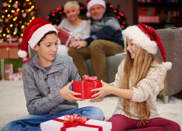 Nu is het onze beurt om de geschenken uit te wisselen Gratis Foto