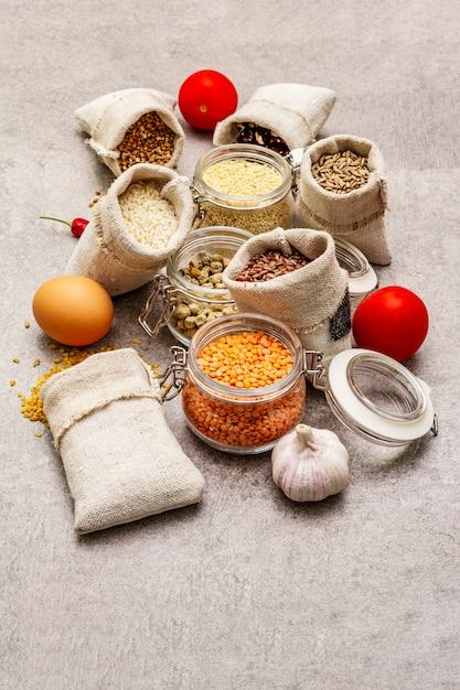 Nul afval eten winkelen concept. granen, pasta, peulvruchten, gedroogde paddestoelen, kruiden. Premium Foto