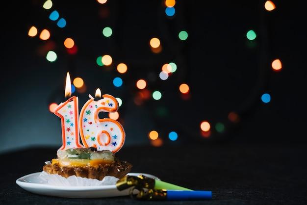 Nummer 16 Verjaardag Aangestoken Kaars Op De Plak Van Scherp Met De