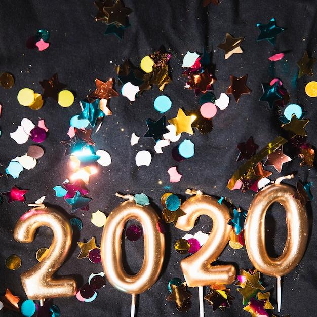 Nummer van het bovenaanzicht het nieuwe jaar in kaarsen vorm Gratis Foto