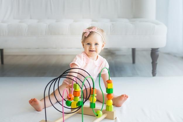 Nursery babymeisje spelen met educatieve logica speelgoed Premium Foto