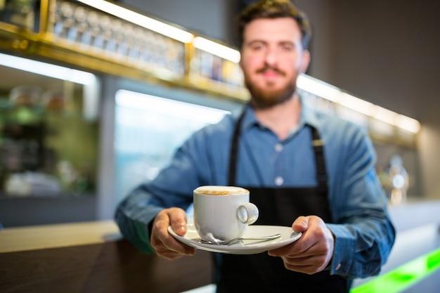 Ober bedrijf kopje koffie Premium Foto