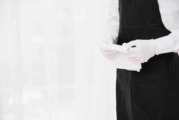 Ober in uniforme holdingsdoek Gratis Foto