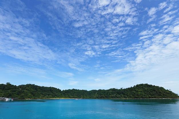 Oceaanbaai van koh chang island in mooie zonneschijndag Premium Foto