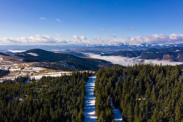 Ochtend in de bergen. karpaten oekraïne, luchtfoto. Gratis Foto