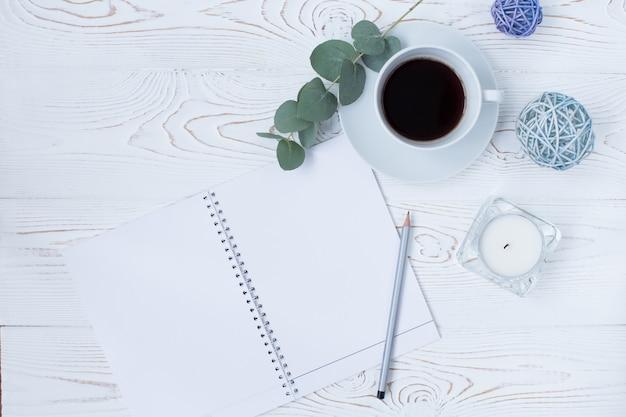 Ochtend koffiemok voor het ontbijt Premium Foto