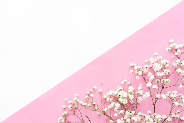 Ochtend kopje koffie, cake macaron, geschenk of huidige vak en bloem op roze tafel Premium Foto