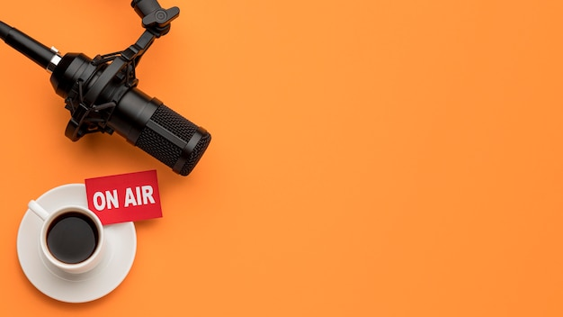 Ochtend op lucht radiostream en koffie kopie ruimte Premium Foto