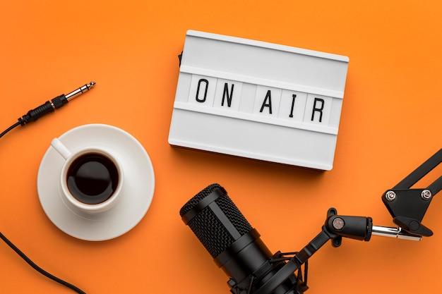 Ochtend op luchtbanner radiostream en koffie Premium Foto