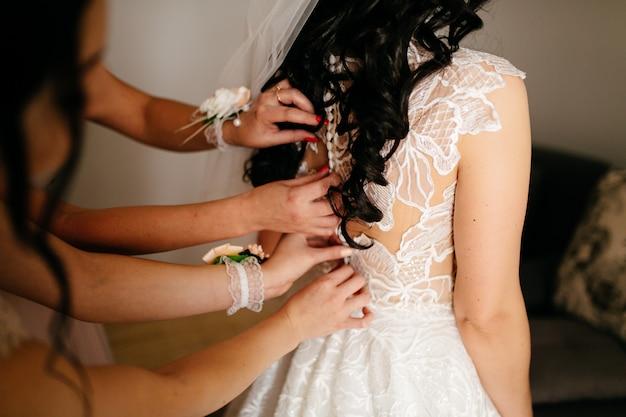 Ochtend van de bruid wanneer zij een mooie kleding draagt Gratis Foto