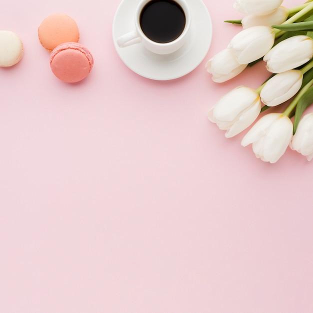 Ochtendkoffie en snoepjes met tulpenbloemen Gratis Foto