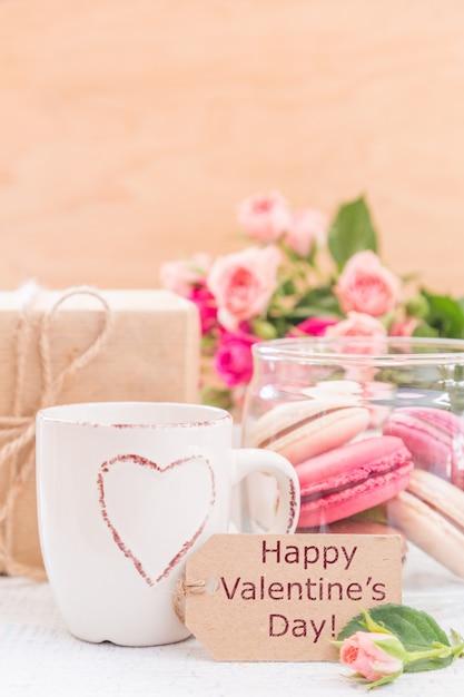 Ochtendkoffie met bloemen en bitterkoekjes. mather's day valentine 'concept. Premium Foto