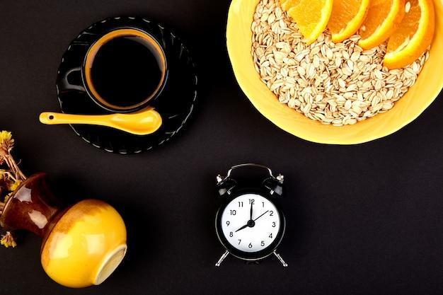 Ochtendkoffie, muesli-ontbijt, wekker Premium Foto