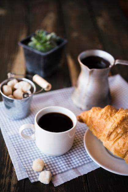 Ochtendkoffieontbijt en croissant Gratis Foto
