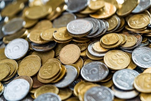 Oekraïense munten, veel geld - hryvnia en een cent, achtergrond Premium Foto