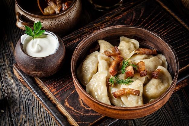 Oekraïense vareniki met aardappelen en gebakken varkensvet - geknetter Premium Foto