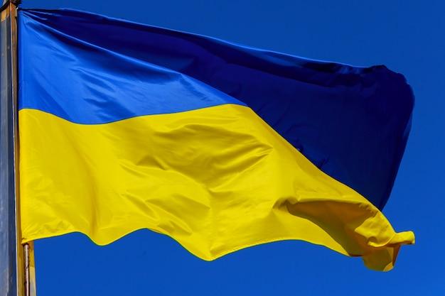 Oekraïense vlag in de wind tegen van de hemel Premium Foto