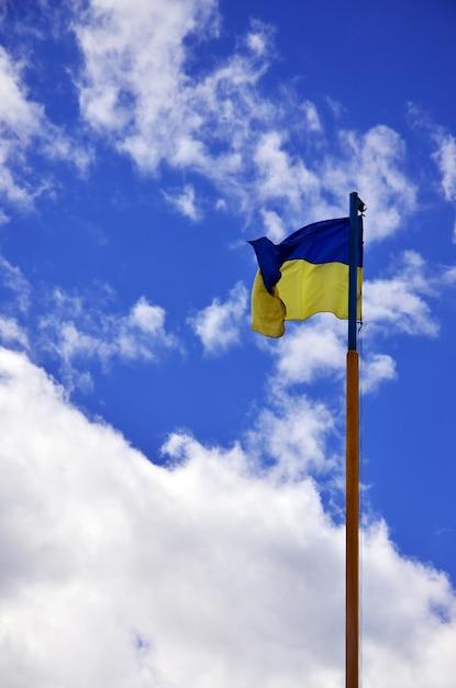 Oekraïense vlag tegen de blauwe hemel met wolken. Premium Foto