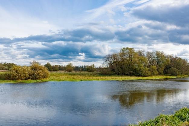 Oever van een kleine rivier in de herfstdag. herfst landschap Premium Foto