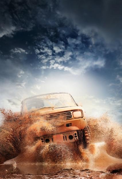Off-road voertuig dat uit een moddergatgevaar komt, modder en water s Premium Foto