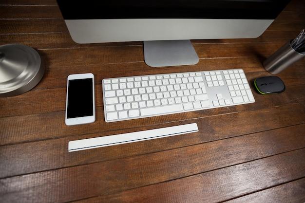 Office bureau met computer en mobiele telefoon Gratis Foto