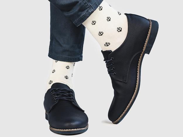 Office manager, stijlvolle schoenen en lichte sokken Premium Foto
