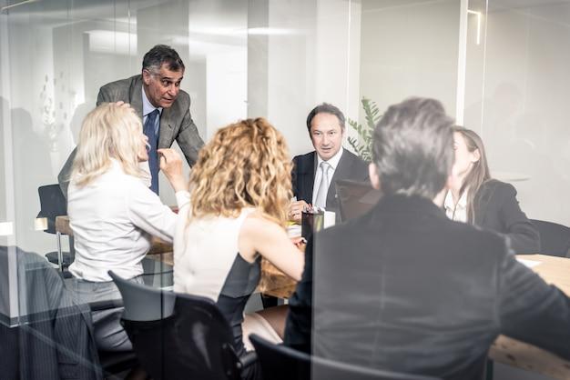 Office mensen werken en praten over businessplannen Premium Foto