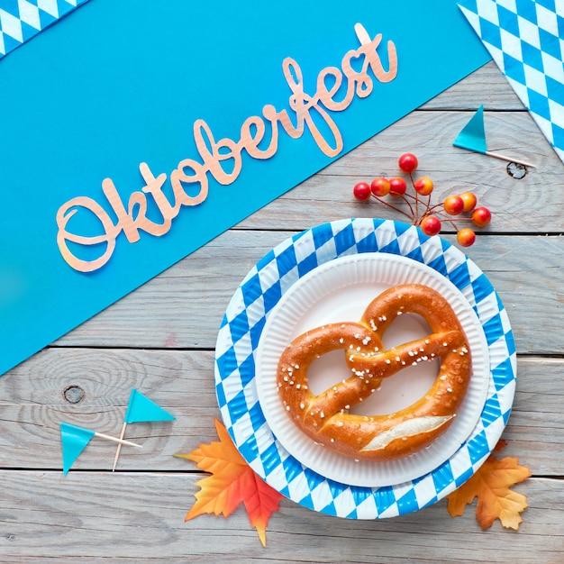 Oktoberfestvierkant, pretzels op blauw en wit geruit wegwerp papieren borden Premium Foto