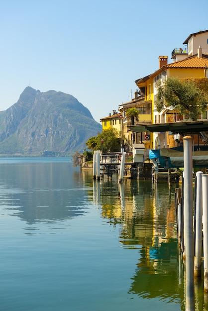 Old village gandria en alpine lake lugano met mountain Gratis Foto