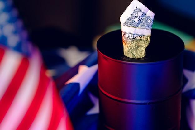 Olie-industrie crisis concept. olievat met amerikaanse dollar Premium Foto
