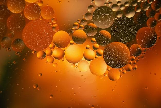 Olie met bubbels op een kleurrijke achtergrond. abstracte achtergrond. zachte selectieve focus Premium Foto