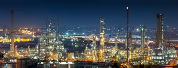 Olieraffinaderij-industrie voor destillaat ruwe olie tot benzine voor energiebedrijven en transport. Premium Foto