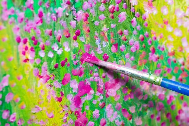 Olieverf proces. borstel verf bloemsierkunst op canvas. Premium Foto