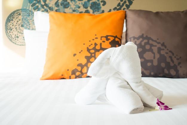 Olifantshanddoek op beddecoratie Gratis Foto