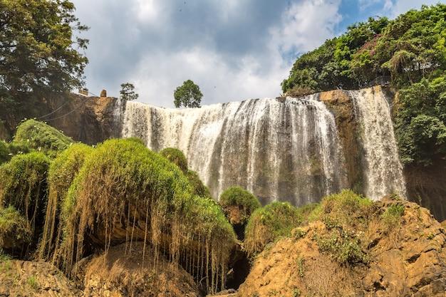 Olifantswaterval in dalat, vietnam in een zomerdag Premium Foto