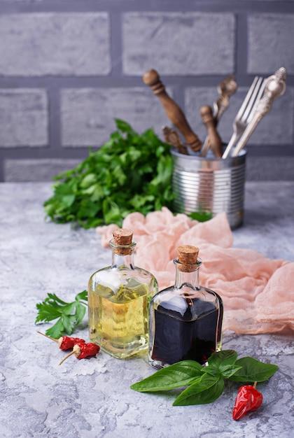 Olijfolie en azijn in glazen flessen. selectieve aandacht Premium Foto