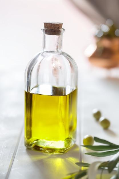 Olijfolie en olijven op de tafel. spaans eten Premium Foto