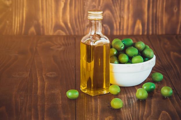 Olijven en olijfolie. selectieve aandacht. voedsel. Premium Foto