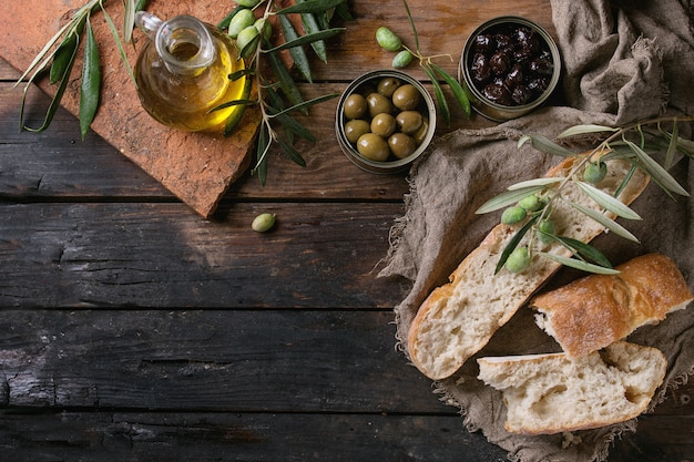 Olijven met brood en olie Premium Foto