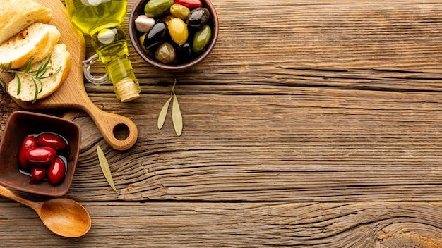 Olijvenmix en brood met exemplaarruimte Gratis Foto