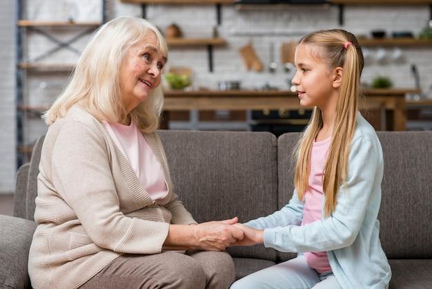 Oma en kleindochter hand in hand vooraanzicht Gratis Foto