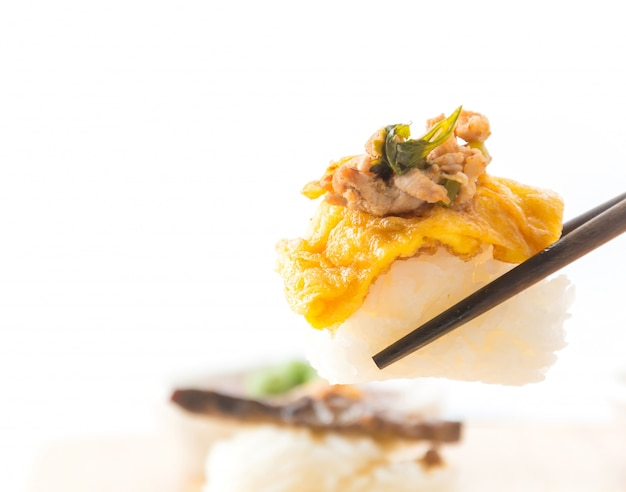 Omelet met pittig varkens sushi Gratis Foto