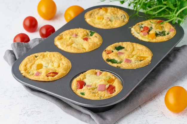 Omelet met tomaten en spek, gebakken eieren met spinazie en broccoli, close-up, keto, ketogeen dieet Premium Foto