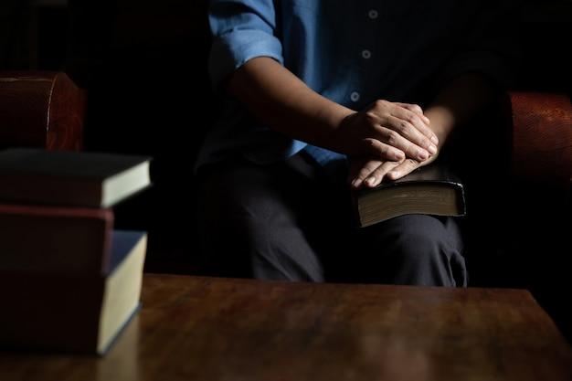 Omen zitten de heilige bijbel te lezen Gratis Foto