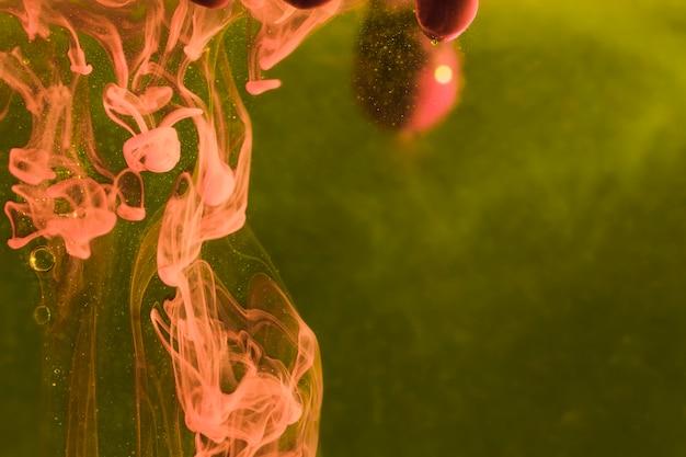 Omgekeerde kwallen op zeewierachtergrond Gratis Foto